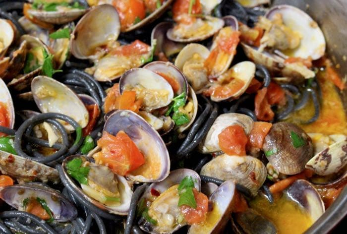 Skillet with Linguine and Clams in White Wine Sauce